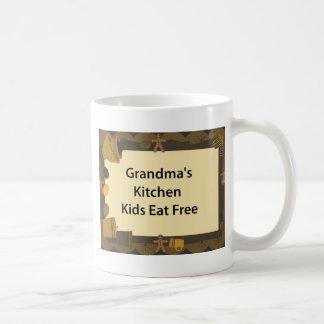 Los niños de la cocina de la abuela comen taza clásica