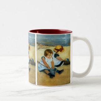 Los niños de Mary Cassatt en la playa (1884) Taza De Café De Dos Colores