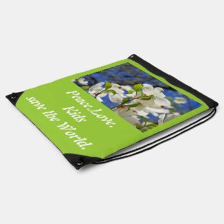 Los niños del amor de la paz ahorran las mochilas