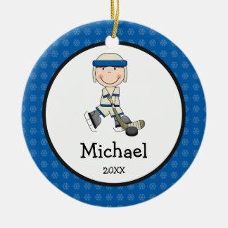 Los niños del muchacho del hockey personalizaron adorno navideño redondo de cerámica