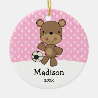 Los niños del rosa del oso del balón de fútbol adorno navideño redondo de cerámica
