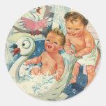 Los niños del vintage que juegan w burbujean en etiquetas redondas