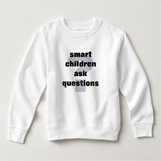 Los niños elegantes hacen preguntas camisas