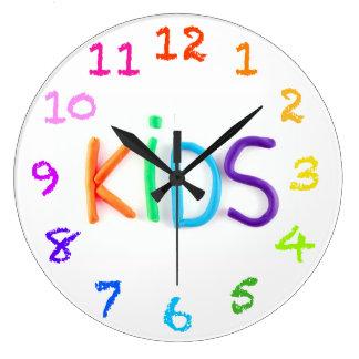 Los niños en arcilla con tiza numeran el reloj de