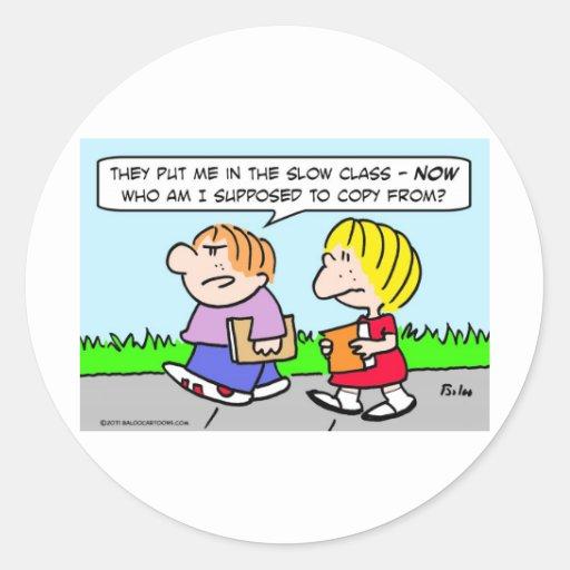 los niños enseñan la copia lenta de la clase de etiquetas redondas