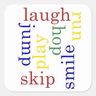 Los niños juegan, ríen, funcionan con, saltan al pegatina cuadrada