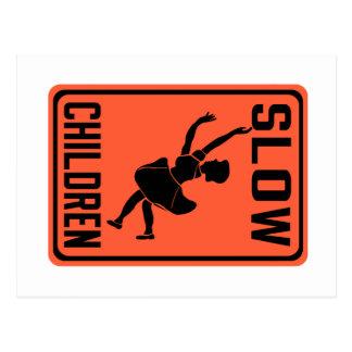 Los niños lentos, trafican la señal de peligro, postal