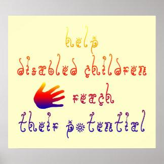 Los niños minusválidos de la ayuda alcanzan su pot impresiones