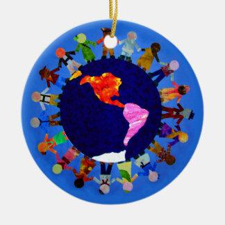Los niños pacíficos en todo el mundo adornan adorno navideño redondo de cerámica