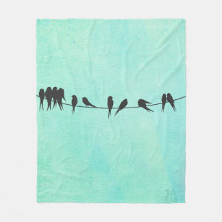 Los niños, pájaros en un alambre esquilan la manta manta de forro polar