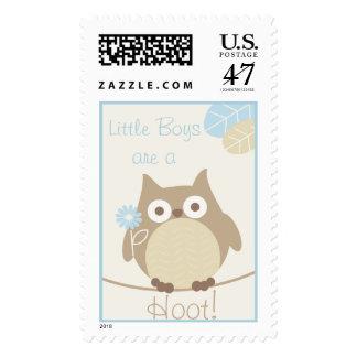 Los niños pequeños son una fiesta de bienvenida al timbres postales