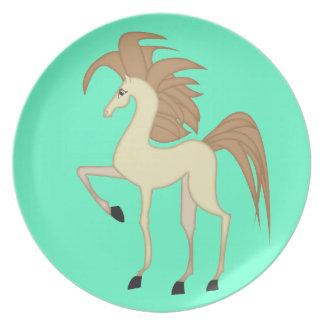 Los niños platean con un diseño del caballo del di plato