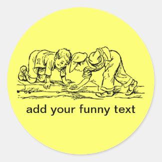 Los niños que juegan con mármoles - añada su texto pegatina redonda