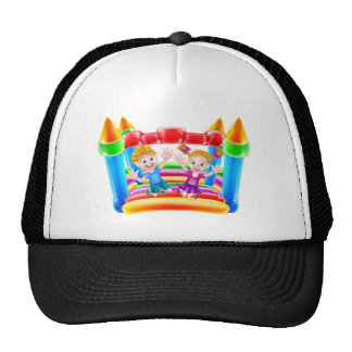 Los niños que saltan en castillo animoso gorras