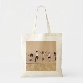 Los niños que saltan jugar dentro del ejemplo de bolsa tela barata