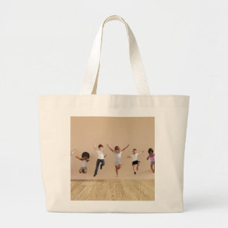 Los niños que saltan jugar dentro del ejemplo de bolsa tela grande
