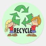 Los niños reciclan etiqueta redonda