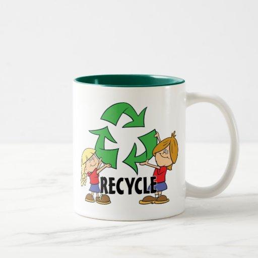 Los niños reciclan tazas