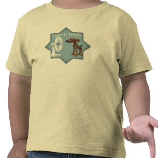 Los niños refrescan la camiseta del perro
