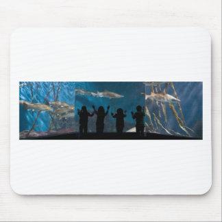 Los niños siluetean en el acuario alfombrillas de ratón