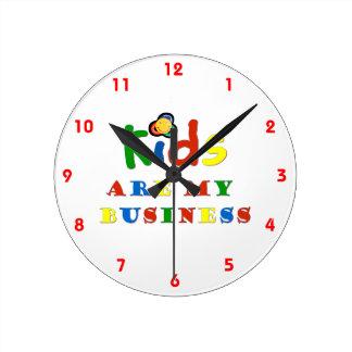 Los niños son mi negocio reloj redondo mediano