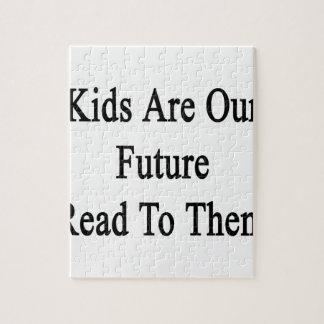 Los niños son nuestro futuro leídos a ellos rompecabezas con fotos
