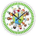 Los niños unen para el diseño del reloj de la paz
