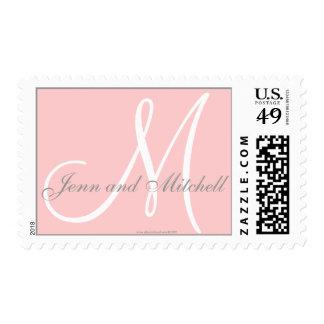 Los nombres y el monograma inicial sellan rosa y estampilla