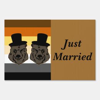 Los novios del oso de Baskerville acaban de casar Letreros