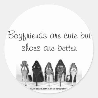 Los novios son lindos pero los zapatos son mejores pegatina redonda