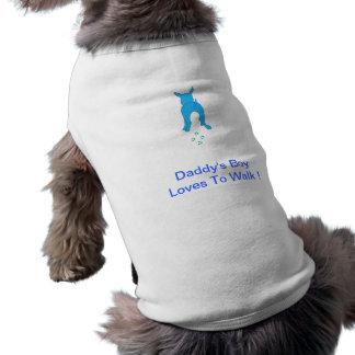 Los oídos de perro azules suben al muchacho del pa ropa perro