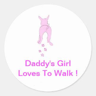 Los oídos de perro rosados suben al chica del papá pegatina redonda