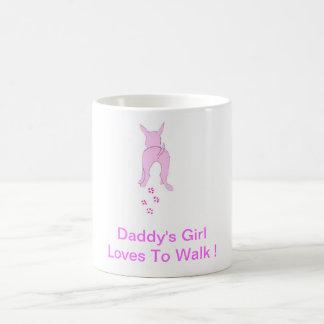 Los oídos de perro rosados suben al chica del papá taza básica blanca