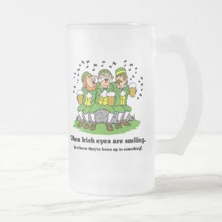 Los ojos irlandeses están sonriendo taza de café