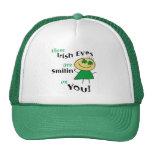 Los ojos irlandeses son regalos sonrientes gorros bordados