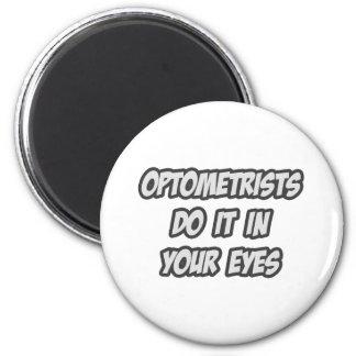 Los optometristas lo hacen en sus ojos imanes