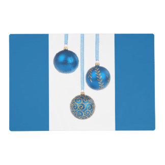 Los ornamentos azules del navidad de la bola salvamanteles