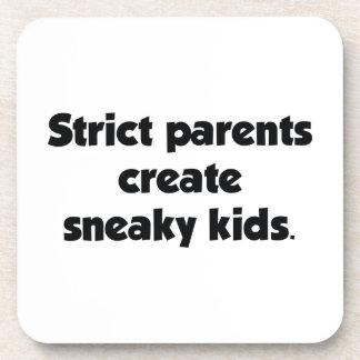 Los padres estrictos crean a niños disimulados