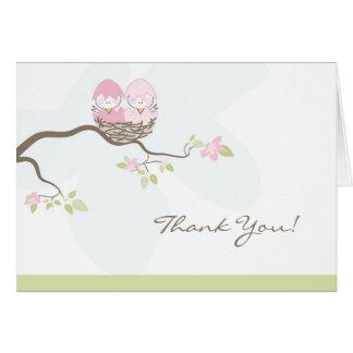 Los pájaros de bebé rosados gemelos le agradecen c tarjeton