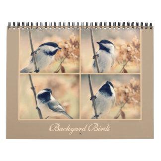 Los pájaros en su calendario del patio trasero