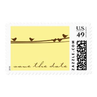Los pájaros en un alambre ahorran el franqueo de sello postal