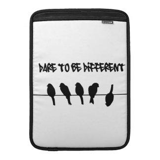 Los pájaros en un alambre - atrévase a ser diferen funda  MacBook