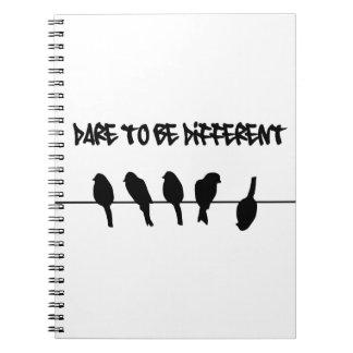 Los pájaros en un alambre - atrévase a ser diferen libreta