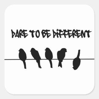 Los pájaros en un alambre - atrévase a ser diferen calcomanía cuadradas