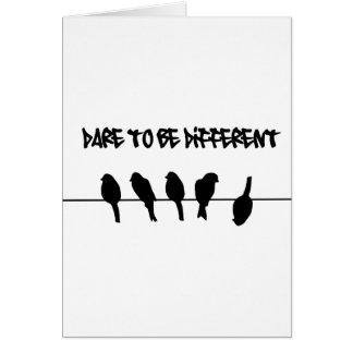 Los pájaros en un alambre - atrévase a ser diferen tarjeta de felicitación
