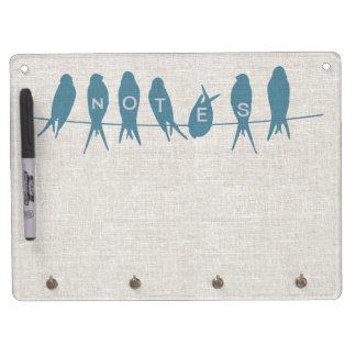Los pájaros en una línea mirada de lino secan al t tableros blancos