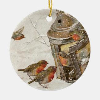 Los pájaros encuentran el refugio en navidad del adorno redondo de cerámica