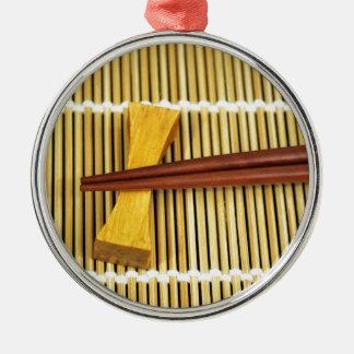 Los palillos Sensei del sushi dominan el bambú de Adorno Redondo Plateado