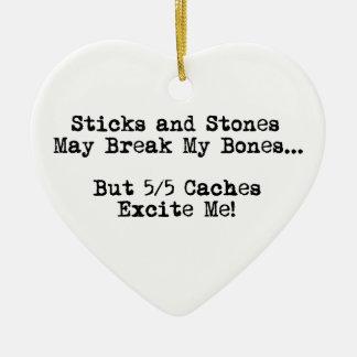Los palillos y las piedras pueden romperse los adorno navideño de cerámica en forma de corazón
