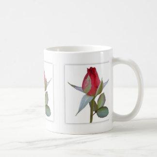 Los paneles del brote del rosa rojo taza básica blanca